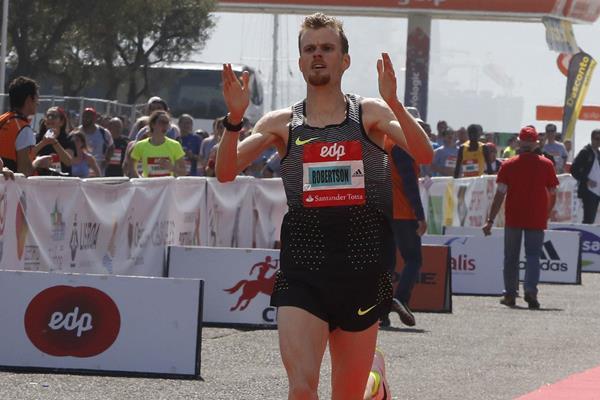 Jake Robertson winning the 2017 Lisbon Half Marathon (organisers)