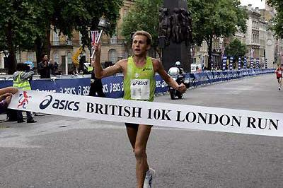 Stefano Baldini crosses the line in the London at the British 10km in 2007 (Victah Sailer)
