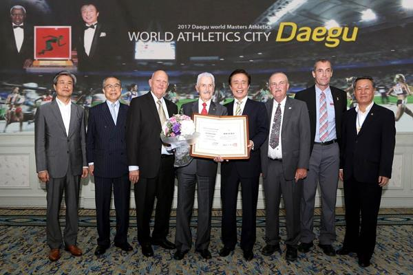 CENTRE - Mayor Kim Bum-il honours former IAAF Council Member César Moreno Bravo (WMA)