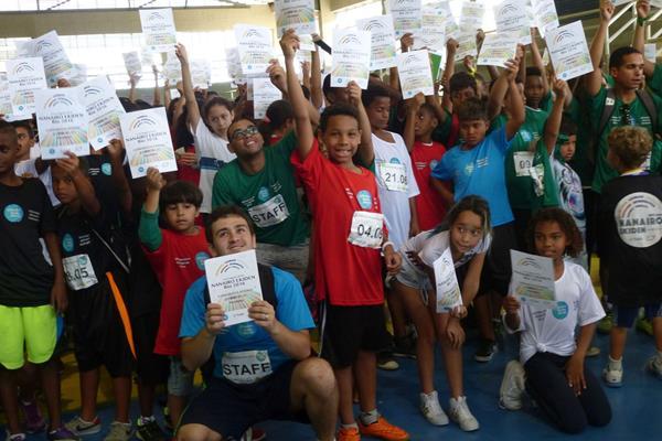 Participants in the Nanairo Ekiden relay celebrate with their diplomas (IAAF)
