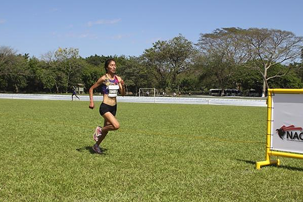 Carmen Toaquiza wins the senior women's race at the Pan American Cross Country Championships in San Juan Opico (Federacion Salvadoreña de Atletismo)