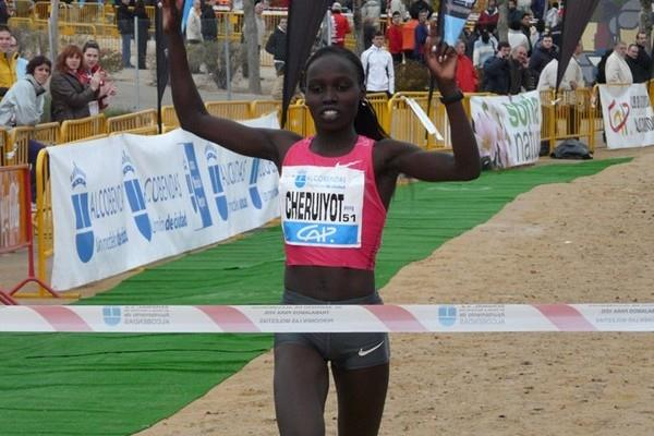 Familiar 2009 autumn scene - Vivian Cheruiyot alone at the finish, this time in Alcobendas (Miguel Alfambra)