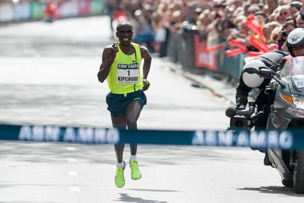 Eliud Kipchoge wins the 2014 ABN AMRO Rotterdam Marathon (Erik van Leeuwen)
