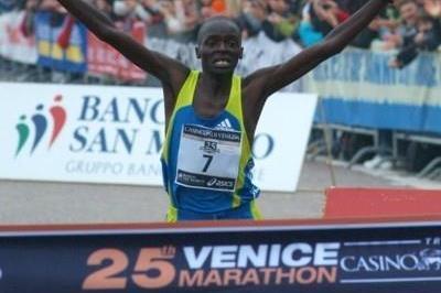 Simon Mukun wins 2010 Venice Marathon (Lorenzo Sampaolo)