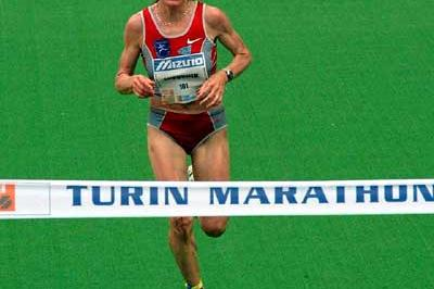 Helena Javornik of Slovenia wins the 2004 Turin Marathon (Lorenzo Sampaolo)