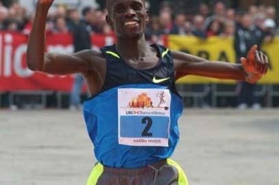 James Cheboi from Kenya wins the 2009 Brescia Art Marathon (Lorenzo Sampaolo)