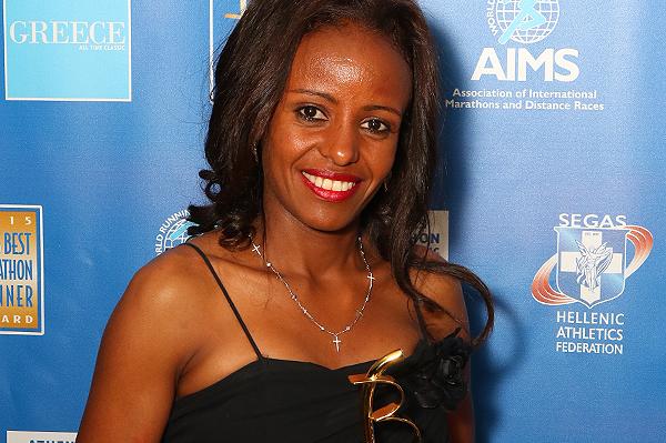 Mare Dibaba receives her AIMS Best Marathon Runner 2015 award (AIMS)