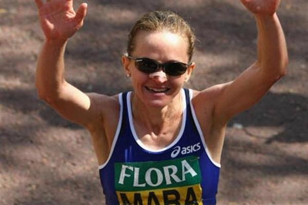 Mara Yamauchi celebrates her second place finish at 2009 London Marathon (Getty Images)