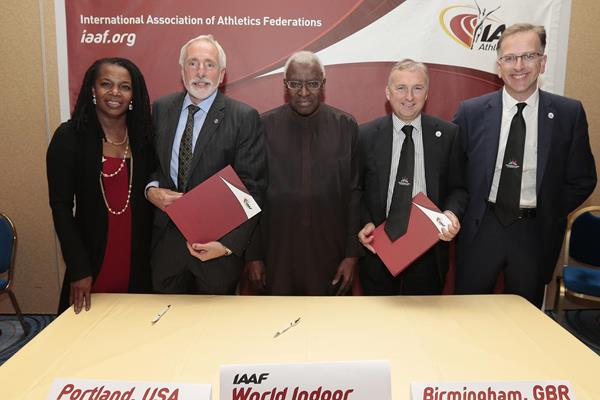 IAAF President Lamine Diack with heads of the delegations from Portland and Birmingham (IAAF)