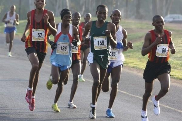 Stephen Mokoka (126) en route to the men's South African 10Km title (Mark Ouma)