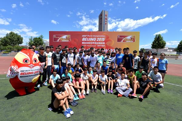 Allen Johnson with Chinese schoolchildren (IAAF World Championships, Beijing 2015 LOC)