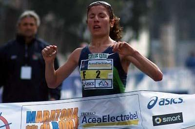 Souad Ait Salem from Algeria wins the Rome Marathon (Lorenzo Sampaolo)