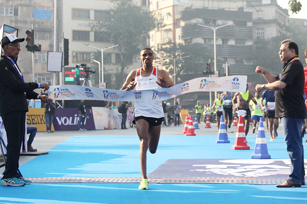 Solomon Deksisa wins the Mumbai Marathon (Organisers / Procam International)