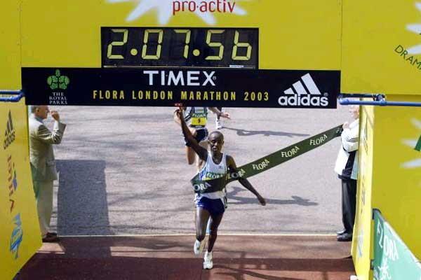 Gezahegne Abera (ETH) wins the 2003 Flora London Marathon (Getty Images)