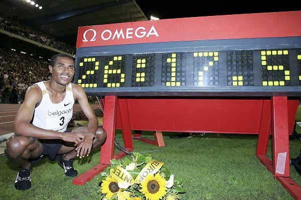 Bekele with his World record clock in Brussels (Getty Images)