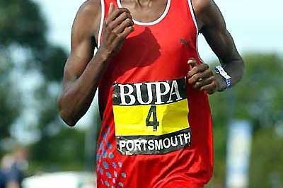 John Yuda on his way to win the 2005 BUPA Great South Run (Mark Shearman)