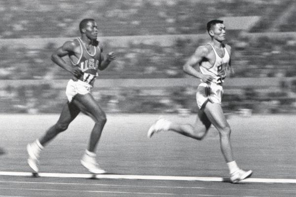 Rafer Johnson and Yang Chuan-kwang in the decathlon 1500m at the 1960 Olympic Games (Getty Images)