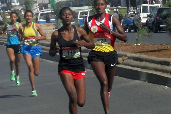 Senbere Teferi (118) in the lead ahead of Teki Gelana in the 2012 Women's First 5km in Addis Ababa (Bizuayehu Wagaw)