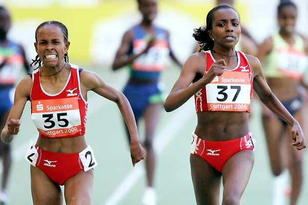 Dibaba (37) holds off Defar in Stuttgart (Getty Images)