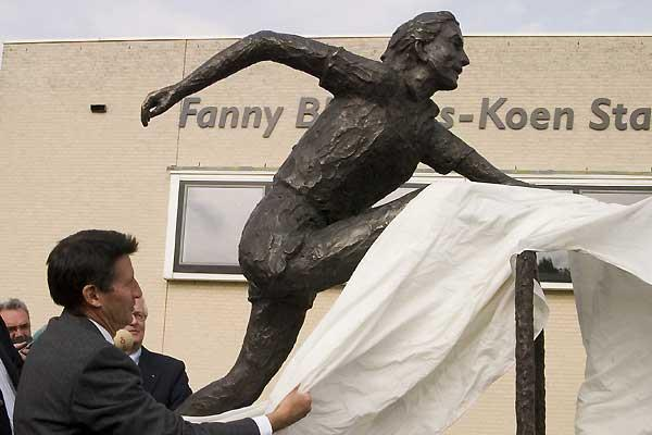 Sebastian Coe unveils the statute of Fanny Blankers-Koen (Roderik Zwanenburg)