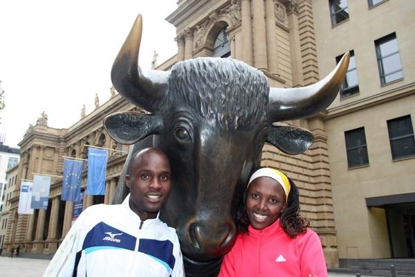 Frankfurt victors: Gilbert Kirwa and Agnes Kiprop with the bull statue in front of the Frankfurt Stock Exchange on Monday 26 October 2009 (Victah Sailer)