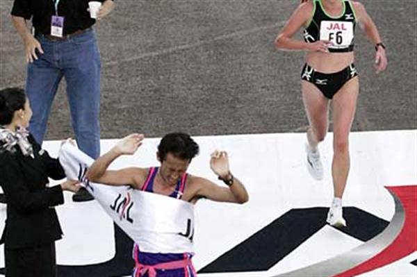 Olesya Nurgalieva winning the women's race at the 2005 Honolulu Marathon (Getty Images)