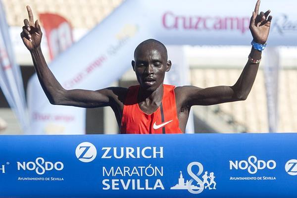 Lawrence Cherono wins at the 2015 Zurich Maraton de Sevilla (Juan Jose Ubeda / Zurich Maraton de Sevilla)