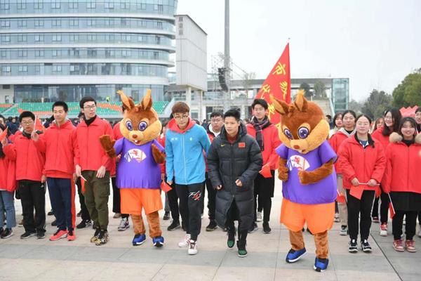 Su Bingtian and World Indoor Championships mascot Cedar lead a New Year 5km run in Nanjing (LOC)