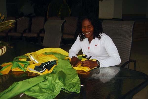 Maria Mutola donates Sydney 2000 kit to the IAAF (c)