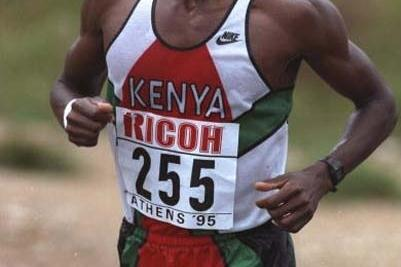 Douglas Wakiihuri (KEN) on way to winning the 1995 World Marathon Cup (Getty Images)