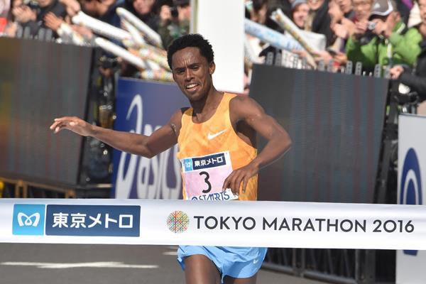 Feyisa Lilesa winning the 2016 Tokyo Marathon  (Getty Images / AFP)