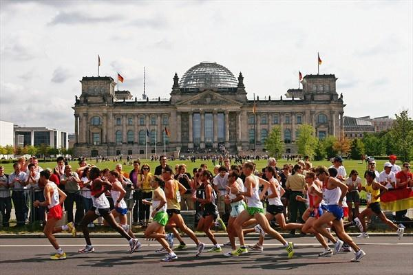 Athletes race past the historic Reichstag building in Berlin in the men's Marathon at the IAAF World Championships (Getty Images)