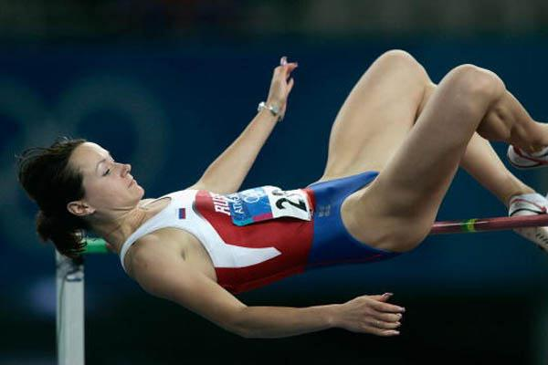 Yelena Slesarenko of Russia clears 2.06 to win gold in Athens (Getty Images)