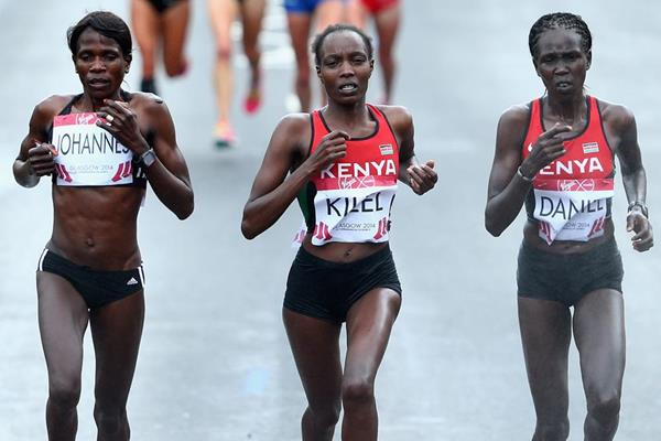 Flomena Cheyech Daniel (right) on her way to Commonwealth marathon gold (Getty Images)