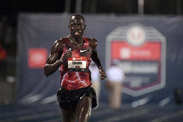 Lopez Lomong en route to the US 10,000m title in Des Moines (Kirby Lee)