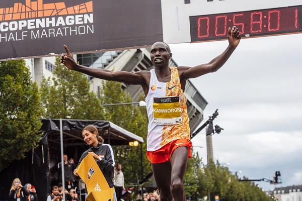 Geoffrey Kamworor breaks the world record at the Copenhagen Half Marathon (Organisers)