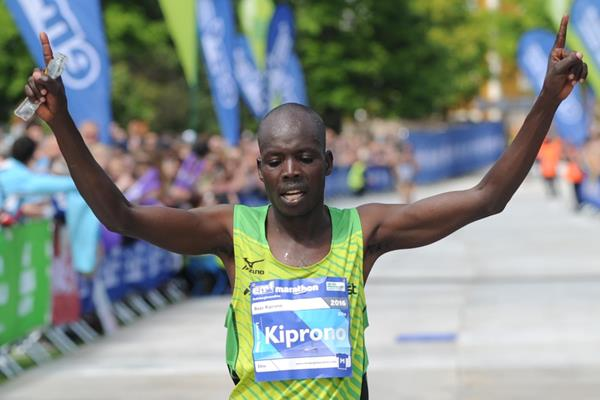 Boaz Kiprono triumphs at the 2016 Edinburgh Marathon (Lesley Martin)