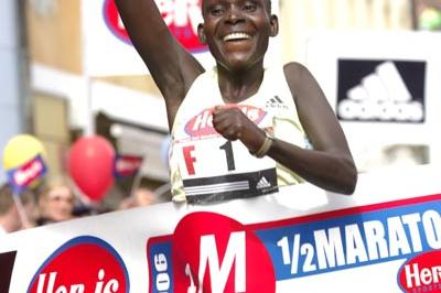 Caroline Kwambai setting the course record at the Prague Half Marathon (Prague International Marathon)