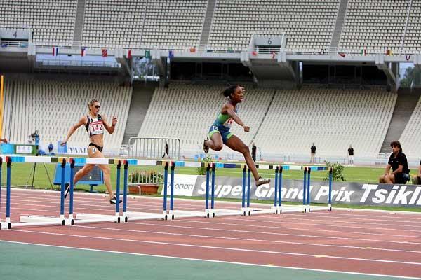 Lashinda Demus on the way to Athens win (courtesy of tsiklitiria.org)