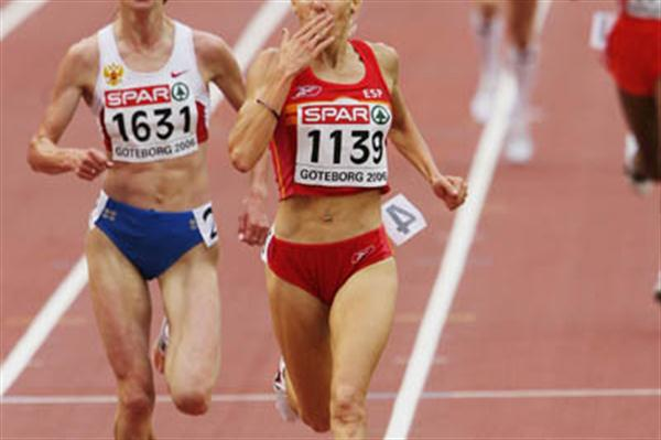 Spanish kisses for the crowd - marta Dominguez en route to her second European 5000m title (Getty Images)