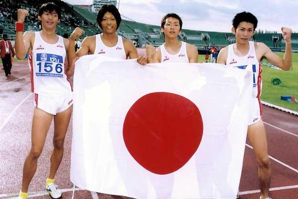 Takahira (left) with 4x400 relay team (Charlie Lee)