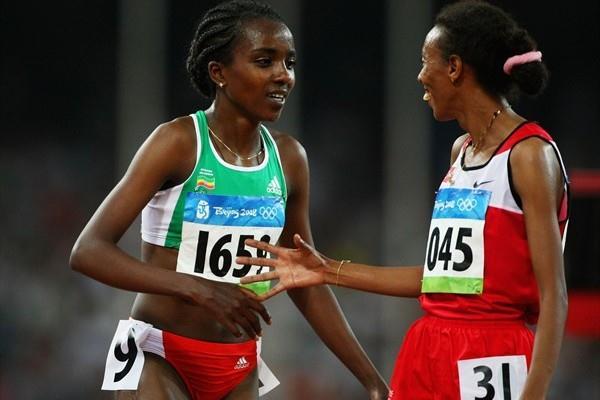 Elvan Abeylegesse (r) congratulates Tirunesh Dibaba in Beijing (Getty Images)