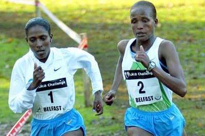 Etalemehu Kidane (left), leading Teyiba Erkesso en route to her her straight victory in Belfast (Mark Shearman)