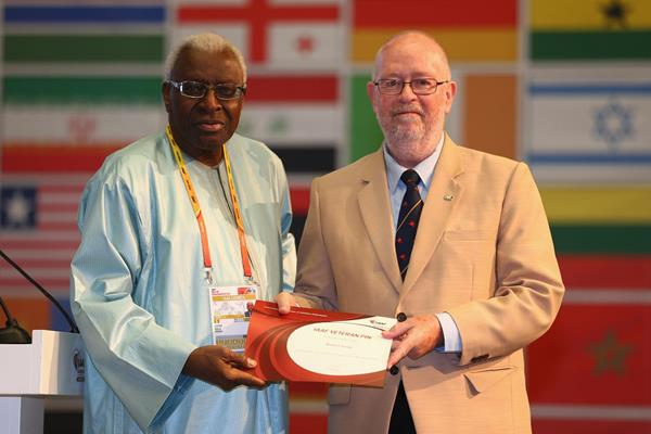 Robert Snow receives an IAAF Veteran Pin at the 49th IAAF Congress in Moscow (IAAF)