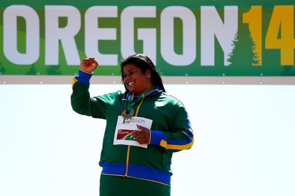 Izabela da Silva celebrates her discus title at the IAAF World Junior Championships, Oregon 2014 (Getty Images)
