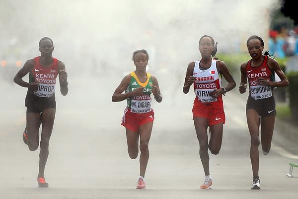 Mare Dibaba leads the marathon in the closing stages at the IAAF World Chamionships, Beijing 2015 (Getty Images)