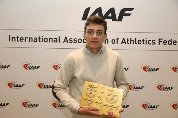 Armand Duplantis with his world record plaque in Monaco (Philippe Fitte)