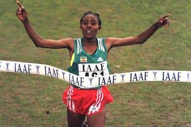 Gete Wami takes the tape at the 1999 IAAF World Cross Country Chamionships in Belfast (© Allsport)