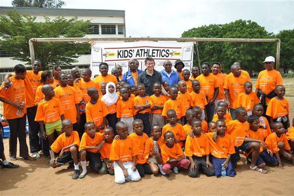Coe and Bayi (centre) with kids in Dar es Salaam, Tanzania  (IAAF)
