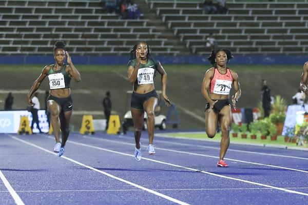 Elaine Thompson (c) en route to victory in Kingston (Athelstan Bellamy)